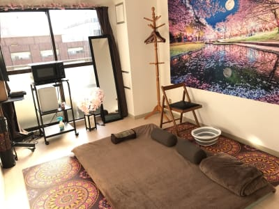 タイ古式マッサージなどの床での施術ができます。 - ゾウスペ新宿 会議室&サロンスペースの室内の写真