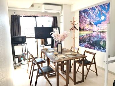 インドア花見装飾中🌸ミニパーティーに🎉 - ゾウスペ新宿 会議室&サロンスペースの室内の写真