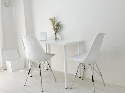 テーブルはひとつですがおおきめなので2~3名のお打合せにも最適です。 - レンタルサロンスペース☆ 自然光たっぷり白基調サロンルームの室内の写真