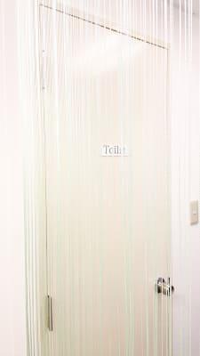 プライベートサロンで室内にトイレがある為施術中、ガウンを着たままで誰とも接触せずに使用可能 - salon space  エステマッサージ、整体、鍼灸院の室内の写真