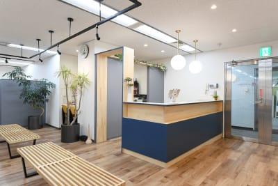 ワンコイングリッシュ横浜校 会議室、コワーキングスペースの入口の写真