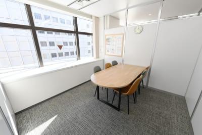 ワンコイングリッシュ横浜校 会議室、コワーキングスペースの室内の写真