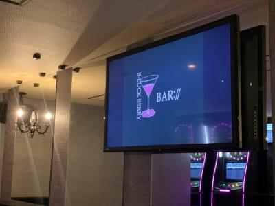 50インチモニター3台 22インチモニター2台があります。 映画やMVを皆様で楽しんで頂けます。 - Bar B-LUCK BERRY Bar,パーティ会場の室内の写真