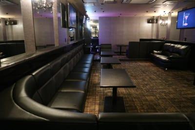 レイアウトを変更して、自由に空間を作る事も可能です♪スタンディングのイベントにも最適です。 - Bar B-LUCK BERRY Bar,パーティ会場の室内の写真