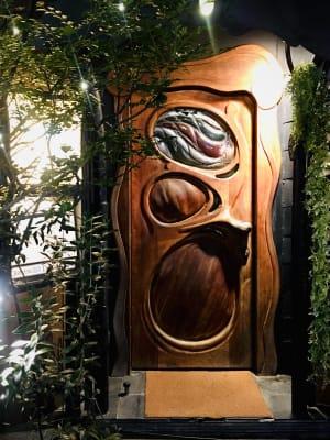 ガウディ調の木と鉄で構成されたファサード - 上質レストランでコワーキング 上質レストランバーでコワーキングの外観の写真