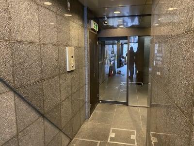 ポストの鍵BOXから鍵を取り出し、オートロックの解錠をします。 - レンタルスタジオ「ダンサーズ」 Aスタジオの入口の写真