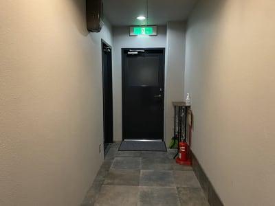 通路を通り突当たりの扉がスタジオです。 - レンタルスタジオ「ダンサーズ」 Aスタジオの入口の写真