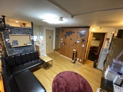 2階共用スペース ラウンジとして休憩にもおすすめ - 深夜特急+ 1F個室スペース 最大5名様 の室内の写真