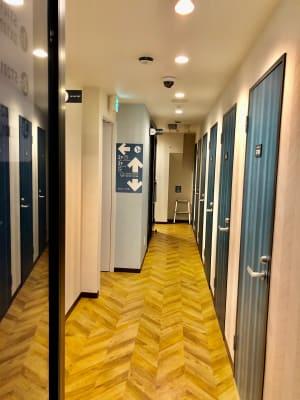 道玄坂NETROOM1.st 安心安全・鍵付完全個室の入口の写真