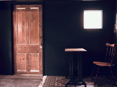 窓から自然光が差し込みます - Litereer リテリア 撮影スペース ワークスペースの室内の写真