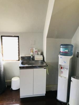 手洗いとウォーターサーバーが設置されています。 - フォレストモモ セミナールームの室内の写真