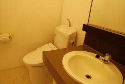 お部屋内に男女共有のお手洗いがございます。 ※同ビル3階に男女別のお手洗いがございます。 - Workmedi新宿 ワークメディ会議室Cのその他の写真