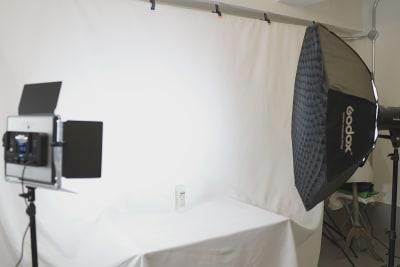白バック、黒バック、グリーンバックをご用意しております。デフォルトは白バックとなります。黒、グリーンをご使用の場合は使用後に白バックにお戻しください。 - キブンシツ蔵前 レンタルスタジオ蔵前の室内の写真