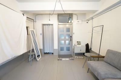 右の扉が入り口です。左のカーテン奥はキッチンとトイレになります。 - キブンシツ蔵前 レンタルスタジオ蔵前の室内の写真
