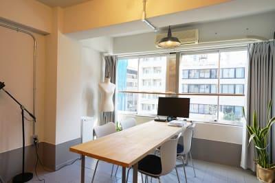 テーブルは会議やテレワーク等にもご利用いただけます。 - キブンシツ蔵前 レンタルスタジオ蔵前の室内の写真