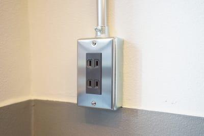 室内の四隅それぞれに電源が配置されています - キブンシツ蔵前 レンタルスタジオ蔵前の室内の写真