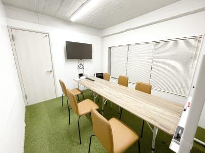 ドア横にモニターが壁づけされています。窓は2面に付いており、換気ができます。(写真のテーブルは旧タイプ) - Ray Terrace3F会議室 貸し会議室の室内の写真