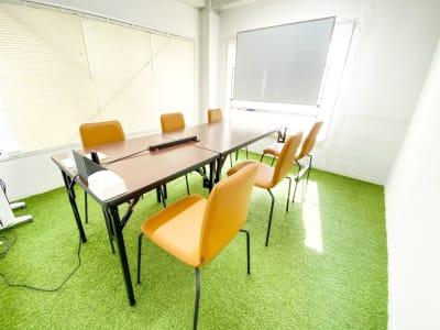 2月下旬に椅子を、3月中旬にテーブルを変更しました。座りやすくなったと好評です。使わない分はスタッキングして端によけて置けます。 - Ray Terrace3F会議室 貸し会議室の室内の写真