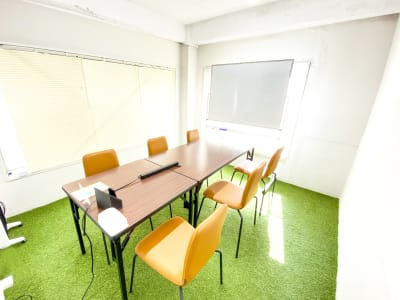 無料でホワイトボードをお貸出ししております。 会議や打ち合わせにご活用ください。 - Ray Terrace3F会議室 貸し会議室の室内の写真