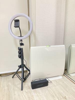 空気清浄機、リングライト付き三脚(スマホホルダー付き)、Bluetoothスピーカー - 京橋レンタルスタジオLibre 京橋レンタルスタジオリブレの設備の写真