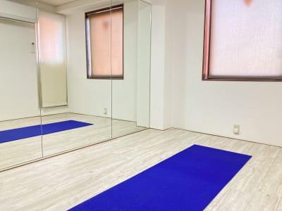 お一人でのヨガ、トレーニングなどのご利用に。 - 京橋レンタルスタジオLibre 京橋レンタルスタジオリブレの室内の写真