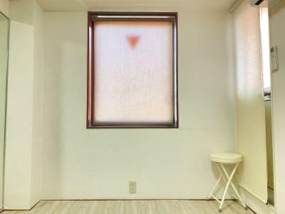 窓と避難用ドアにはブラインドを設置しています。 - 京橋レンタルスタジオLibre 京橋レンタルスタジオリブレの室内の写真
