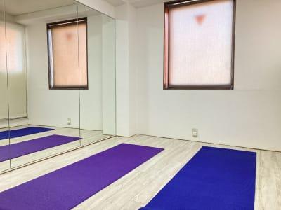 お二人でのヨガやピラティスなどのご利用に。 - 京橋レンタルスタジオLibre 京橋レンタルスタジオリブレの室内の写真