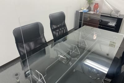 書類をやり取りできるタイプのアクリル板設置済み - 三宮ベンチャービル 貸し応接室・会議室の設備の写真