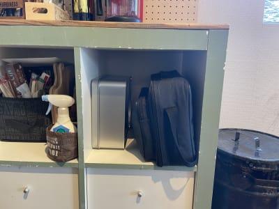 プロジェクターは一番右のカバンに入っています。隣の缶の箱はHDMIコードなどが入っています。 - IIBレンタルスペース 渋谷駅徒歩4分のオシャレスペースの室内の写真