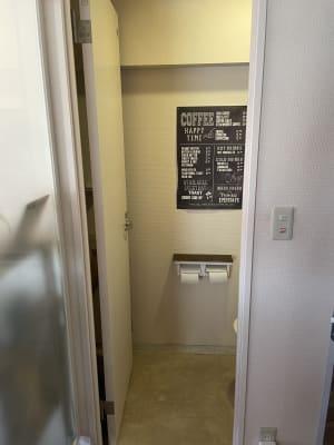 入ってすぐ右側にトイレがあります。タオルやハンドペーパーなどはございませんので、ハンカチをご持参ください。 - IIBレンタルスペース 渋谷駅徒歩4分のオシャレスペースの室内の写真