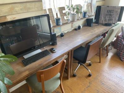 作業スペースです。左側のパソコンは私物でロックがかかっているため、使えませんが、2台のモニターは使用できます。 - IIBレンタルスペース 渋谷駅徒歩4分のオシャレスペースの室内の写真