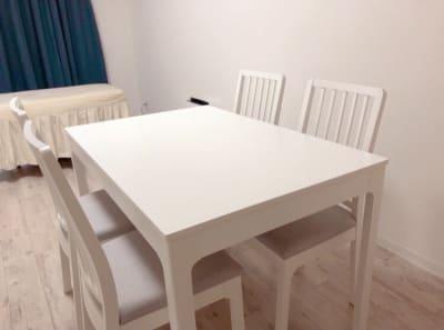 ダイニングテーブルは6人掛けまで広げることが可能です。  - レンタルサロン uni. レンタルサロン、レッスンスペースの室内の写真