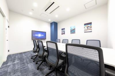 BIZcomfot新横浜 8名用会議室の室内の写真