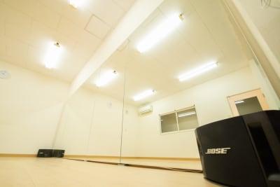 BOSE 201Vのスピーカーを完備。大迫力の音楽を流しながら、ダンス練習に打ち込むことができます。 - 【栃木県佐野市】スタジオキビス レンタルスペース スタジオキビスの室内の写真