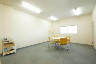 休憩スペースはダンススペースと同じ横4.8m、奥行き3.8mのスペースです。 フラワーアレンジメントや編み物教室など、趣味の教室などでもご利用いただけます。 ダンスでない場合、最大15〜20名様ほどご利用いただけます。  飲食も可能です。 ※ゴミはお持ち帰りください。 ※匂いの強いものはお控えください - 【栃木県佐野市】スタジオキビス レンタルスペース スタジオキビスの室内の写真