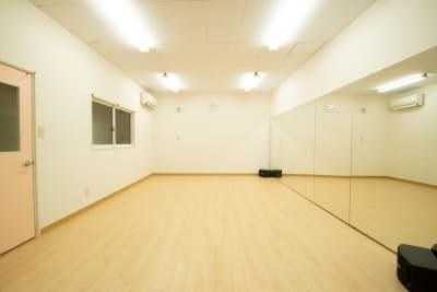 明るいカラーのフローリング部分は、横4.8m×奥行き3.8mのダンススペースです。 縦1.8m×横4.8mの大型ミラーを完備。 個人でも複数人でもご利用いただけます。ダンススペースは同時に最大5〜6名ご利用いただけます。 - 【栃木県佐野市】スタジオキビス レンタルスペース スタジオキビスの室内の写真