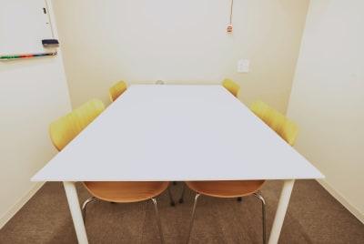 集中できる空間を目指して  ■5つの取り組み■ - PRIVATEOFFICE十日市 会議室、多目的スペースの室内の写真