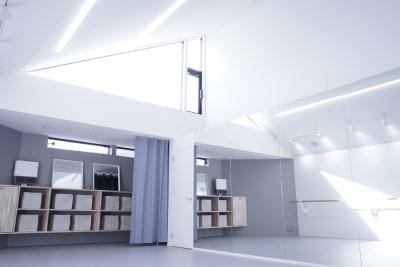 南向きの天窓からは明るい日差しが差し込みます。天井高は最大5.16m (最小2.30m)なので、パパドウも頂けます - ギャラリー+スタジオ COMMU 【レッスン利用】スタジオの室内の写真
