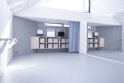 固定バレエバーは、6mと4.3mを設置 - ギャラリー+スタジオ COMMU 【レッスン利用】スタジオの室内の写真