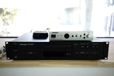 備え付けのTOSCOMのCDデッキはBluetooth対応です - ギャラリー+スタジオ COMMU 【レッスン利用】スタジオの設備の写真
