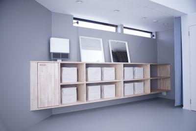 お荷物置きスペースはカーテンで仕切ることによって簡易更衣室スペースとしてもご利用頂けます - ギャラリー+スタジオ COMMU 【レッスン利用】スタジオの室内の写真
