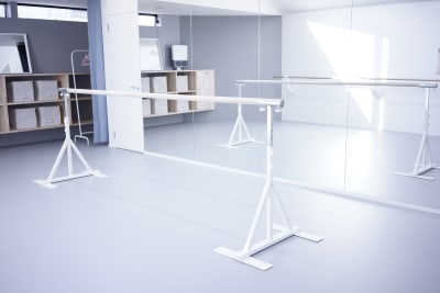 固定バーとは別に移動バー(3m)もご用意しています - ギャラリー+スタジオ COMMU 【レッスン利用】スタジオの設備の写真