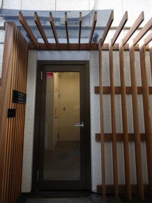 建物入り口 - BAMBOOスペース 【プルメリアスペース】の入口の写真