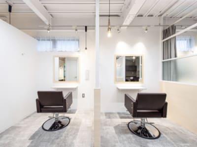 半個室の落ち着く空間。撮影準備・ヘアセットにも使えます!カーテン仕切りで個室にも◎ - 美容室レンタルスペース 美容室 レンタルスペースの室内の写真