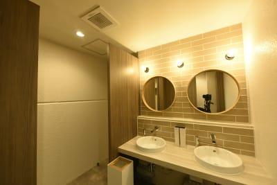 2020年にビル全体をリノベしているので、男女別のお手洗いも安心してご利用できます。 - studio akegure レンタル撮影スタジオの室内の写真