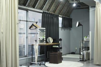 十分な広さのフィッティング&メイクルーム。ドライヤー、アイロン(32mm。19mm)、シンクなどが使えます。 - studio akegure レンタル撮影スタジオの室内の写真