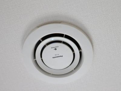天井に備え付けのナノイー空気清浄機で快適リフレッシュ - ホテルウィング上野・御徒町 テレワーク用客室 #1の設備の写真