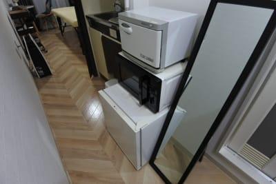 冷蔵庫、電子レンジ、タオルウォーマー、姿見あります💡 - 福岡レンタルサロン バブ天神 完全個室のプライベートサロンの設備の写真