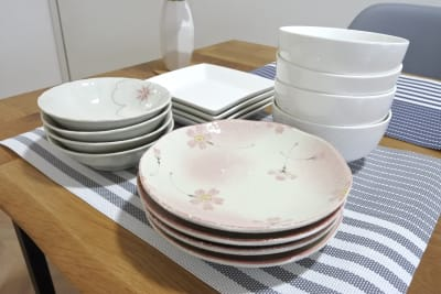 お皿各4枚ずつ有り🍽 - 福岡レンタルスペース レコ天神 シンプルな多目的レンタルスペースの設備の写真