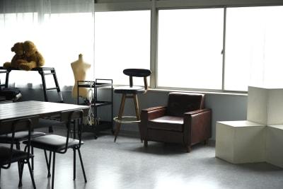 撮影用に様々な家具、機材、備品をご用意。 - studio akegure レンタル撮影スタジオの室内の写真
